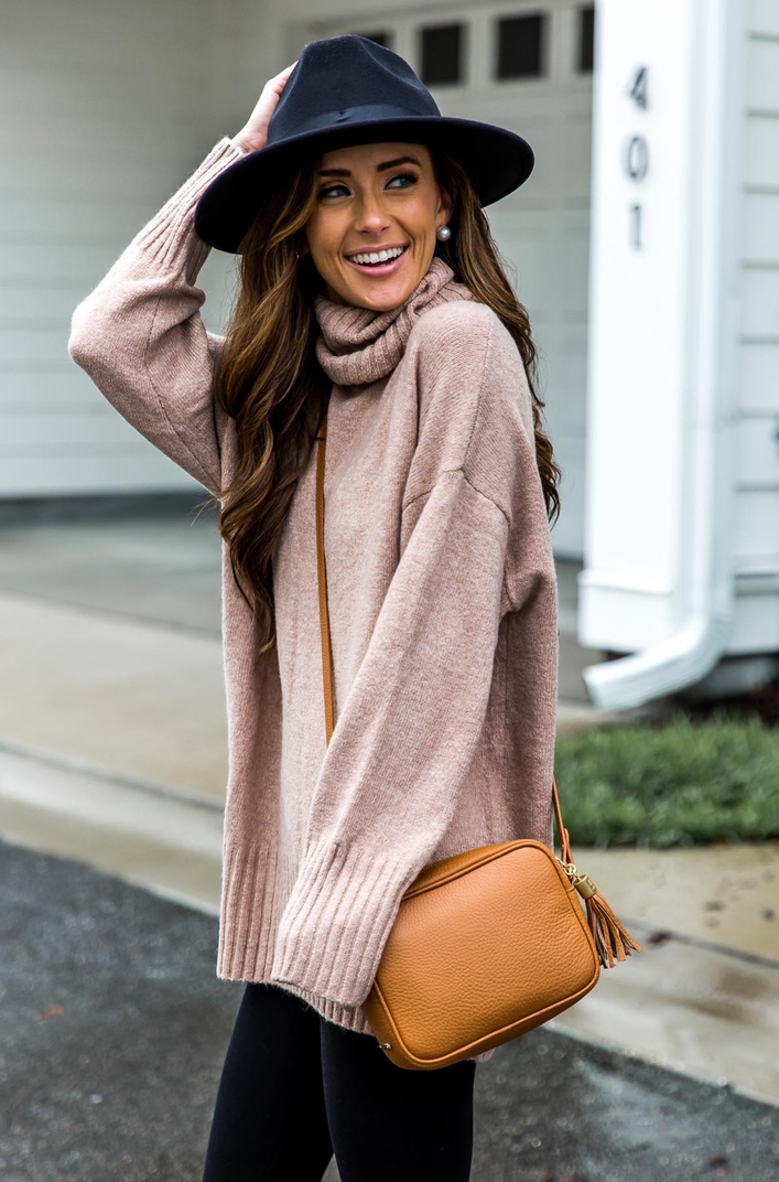 Cute sweater outfits with black fedora hat