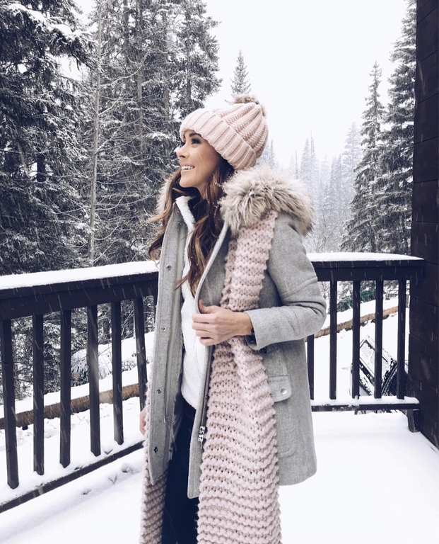 Best grey coat outfits for women with beanie and pink scarf
