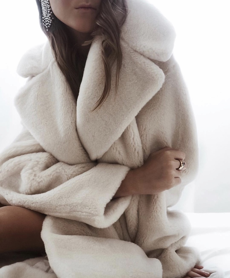 27+ Best Womens Coats To Steal From Fashion Bloggers: These coats for women will make you look like the ultimate fashionista. Have a look at the top styles, including fall coats for women, ladies winter coats, warm coats for women, stylish coats, for women and other coats jackets and cardigans. These casual coats for women include many different styles, for example this white teddy coat / white faux fur coat. Image by © Mrs.Seytschlife #coatsforwomen #fallcoats #fauxfurcoat #teddycoat