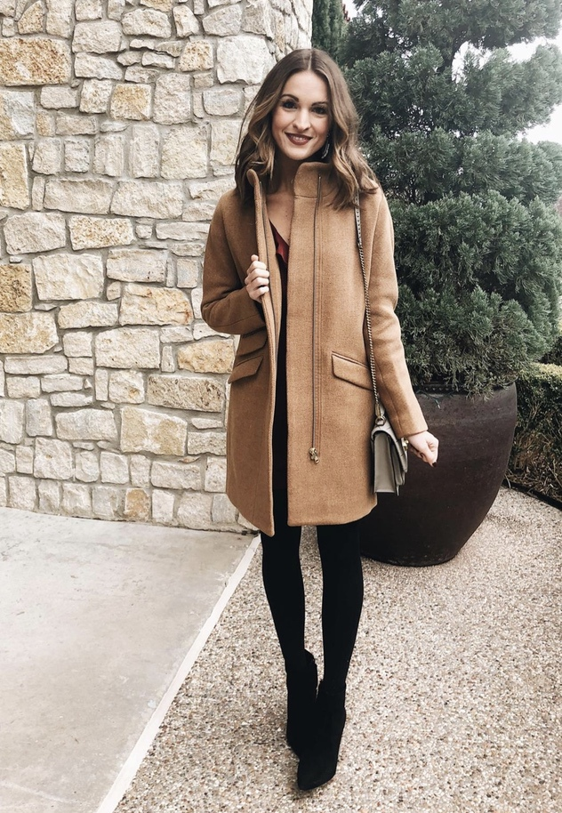 27+ Best Womens Coats To Steal From Fashion Bloggers: These coats for women will make you look like the ultimate fashionista. Have a look at the top styles, including fall coats for women, ladies winter coats, warm coats for women, stylish coats, for women and other coats jackets and cardigans. These casual coats for women include many different styles, for example this camel J.Crew Coat. Image by ©️LaurenKaySims #womenscoats #coatsforwomen #fallcoats #jcrewcoat